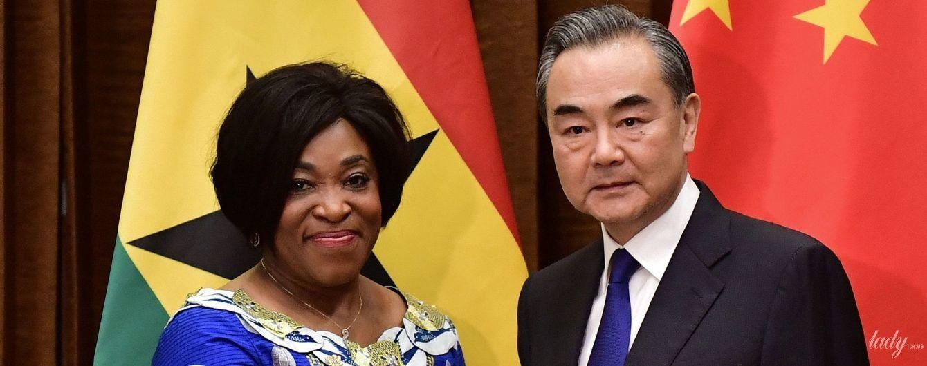 Выделилась: министр иностранных дел Ганы прибыла на встречу в очень ярком наряде