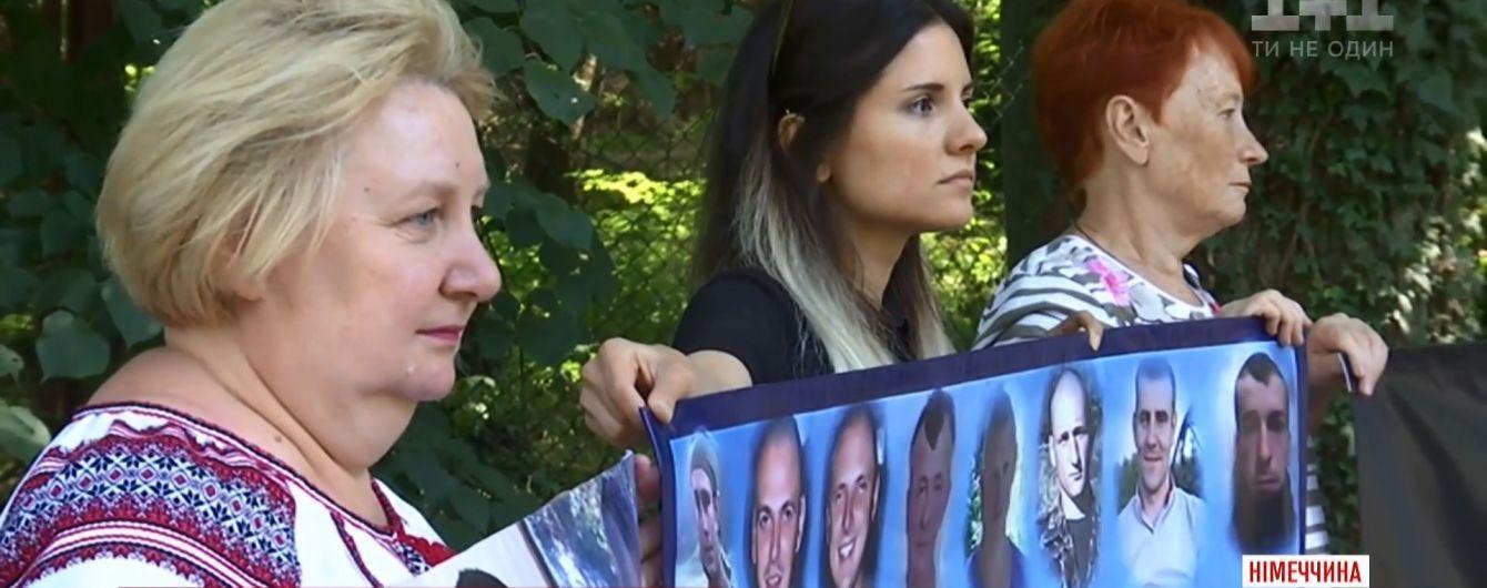 """Матері зниклих на Донбасі військових пікетували """"нормандську"""" зустріч у Берліні"""