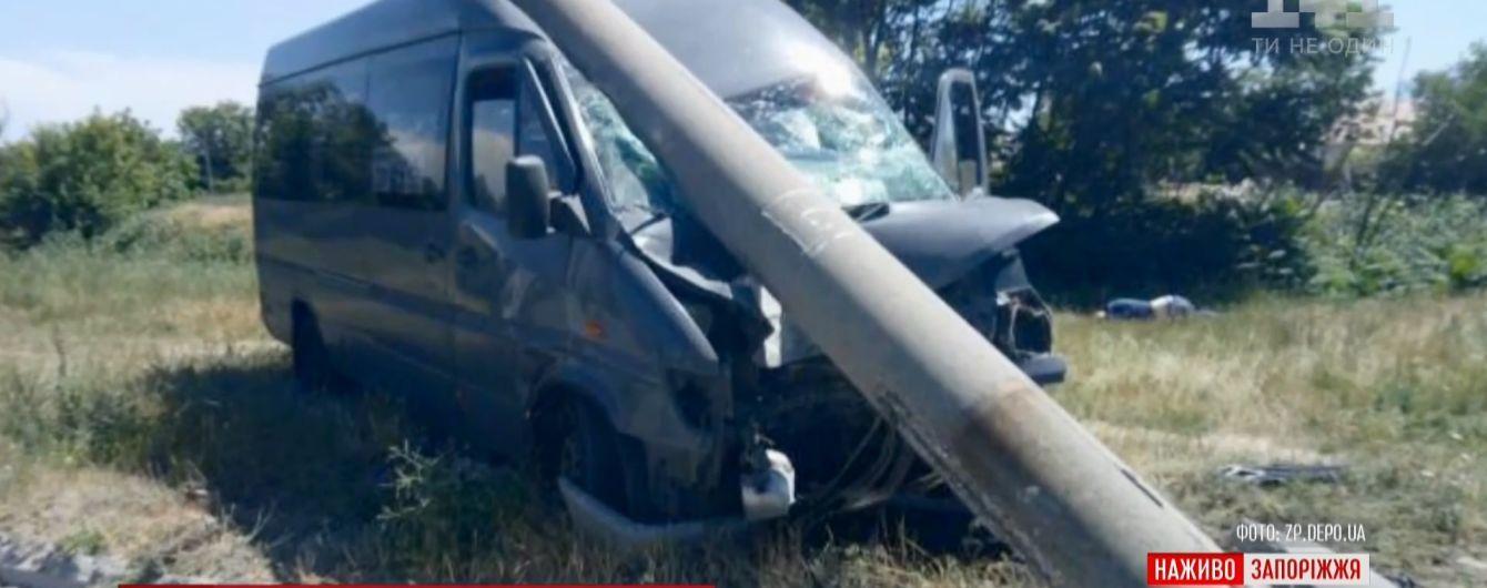 В Запорожье маршрутка насмерть сбила пешехода и снесла столб