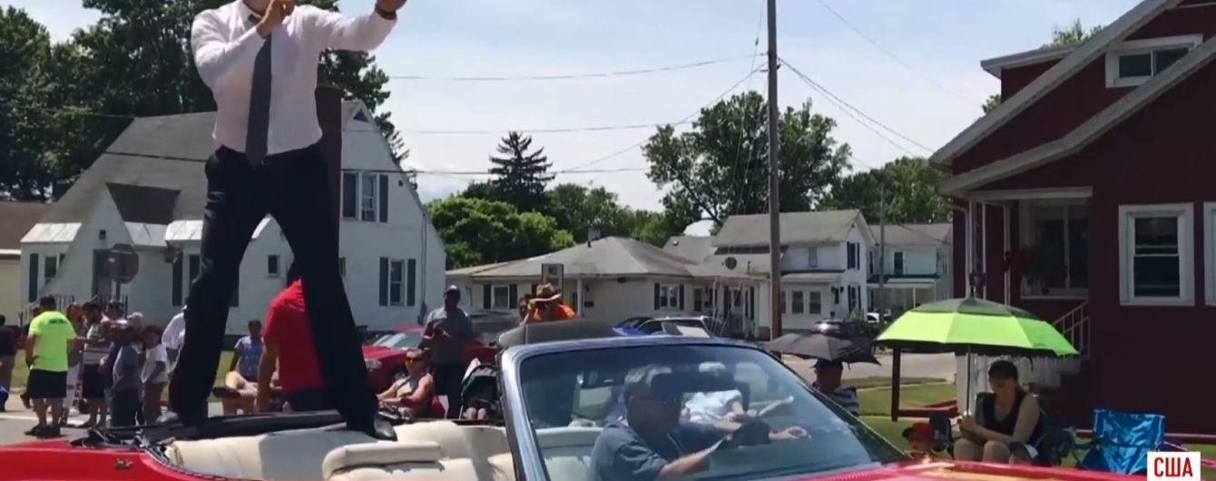 """Кличко провел """"бой с тенью"""" во время движения в кабриолете на параде чемпионов"""