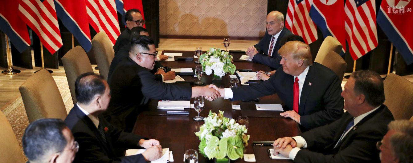 Трамп и Ким Чен Ын пообщались тет-а-тет