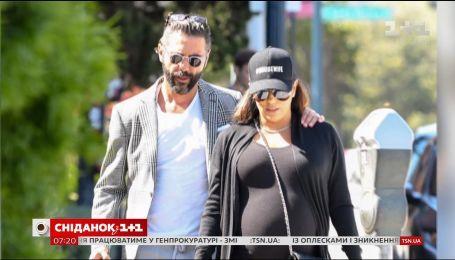 Ева Лонгория на последнем месяце беременности прогулялась по улицам Лос-Анджелеса