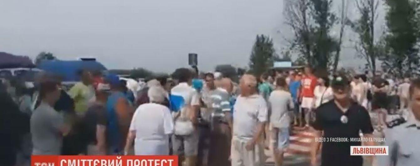 На Львовщине селяне уже второй час держат в осаде международную трассу Киев-Чоп