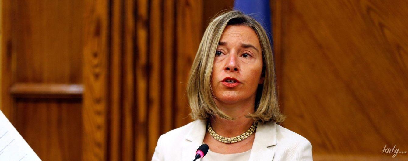 В светлом жакете и с яркой помадой: деловой образ главы дипломатии ЕС Федерики Могерини