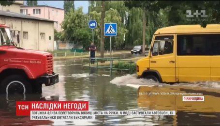 Мощный ливень превратил улицы города Вараш в реки