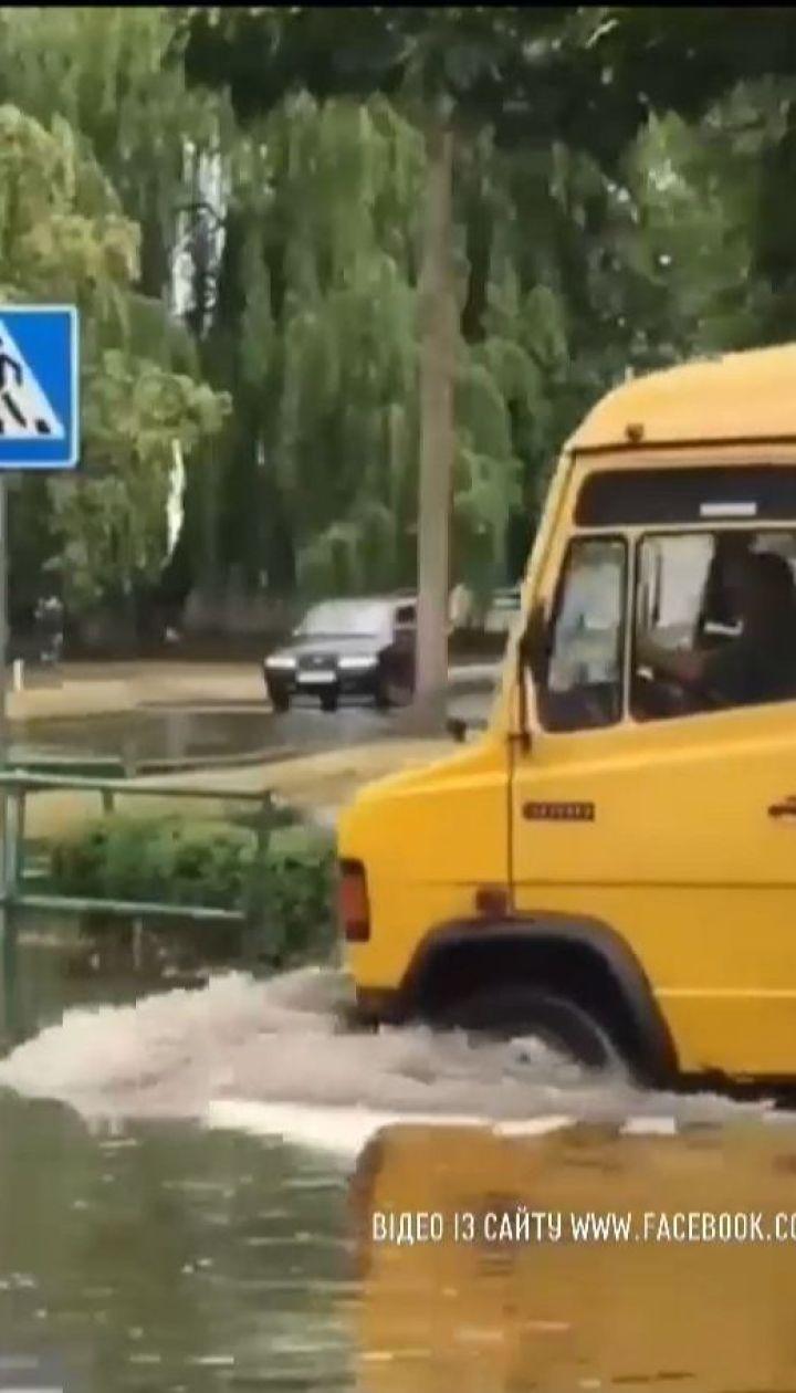 Потужна злива перетворила вулиці міста Вараш на річки