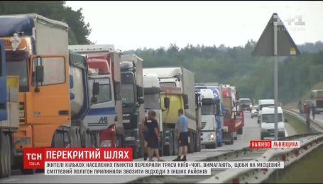 Николаевские активисты разблокировали движение по трассе Киев-Чоп