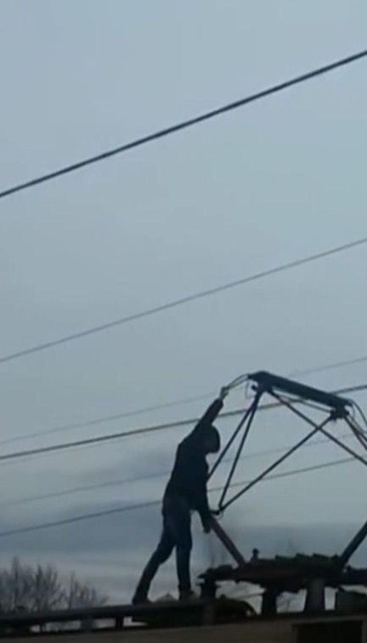 На Дарницком вокзале Киева юношу ударило током, когда он катался на крыше электрички