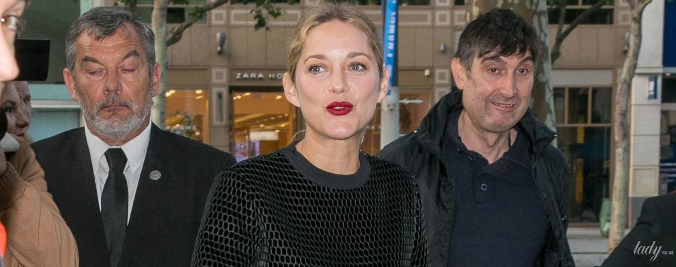 С бордовой помадой и на шпильках: Марион Котийяр на кинофестивале в Париже