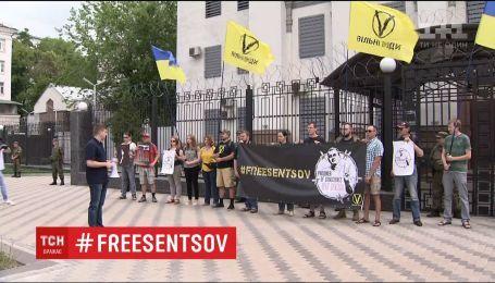 У Києві та Львові провели акції на підтримку Олега Сенцова
