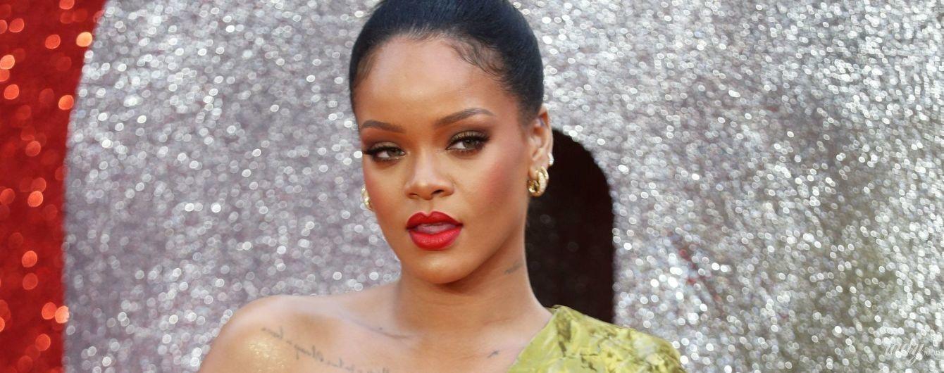 В платье из золотой фольги и с приплюснутой грудью: Рианна на красной дорожке