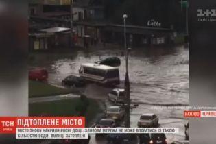 Черновцы накрыл новый мощный ливень и улицы снова затопило