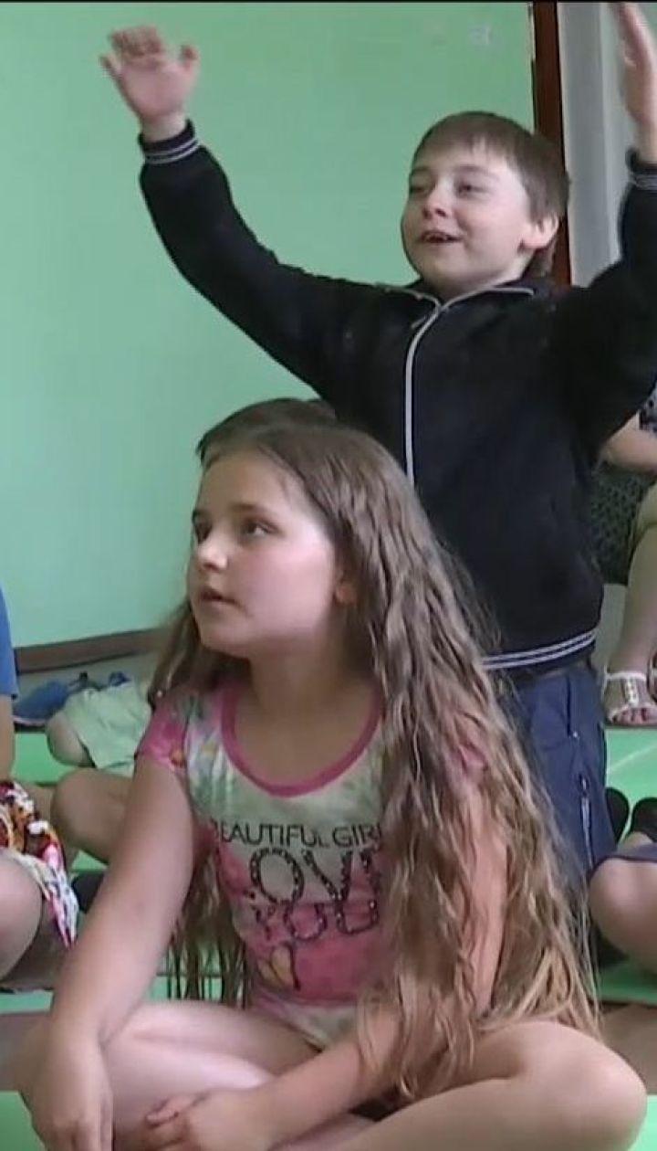 Дети Марьинки проводят летние каникулы в школьных лагерях неподалеку от передовой