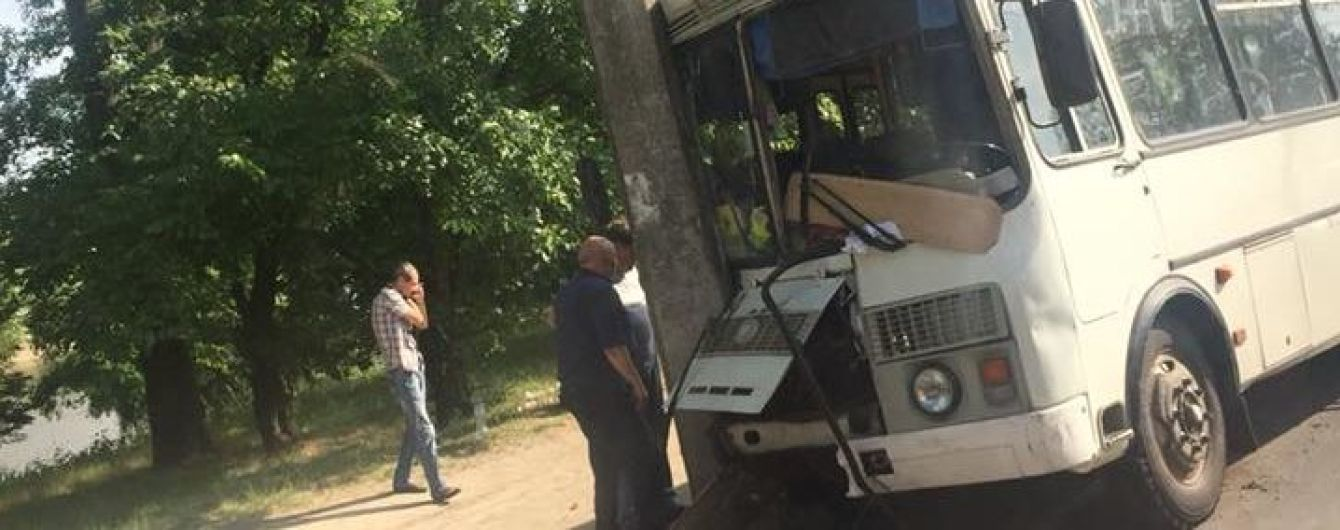 У Чернігові маршрутка в'їхала у стовп, постраждали п'ятеро людей