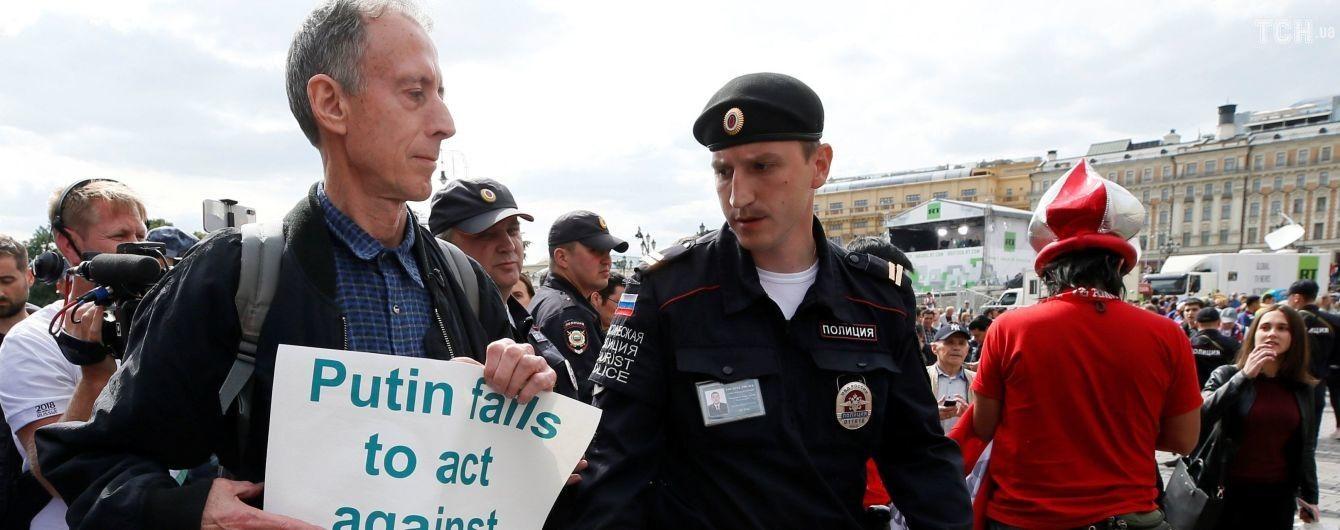 В центре Москвы задержали британского ЛГБТ-активиста, выступавший против ФИФА и режима Путина