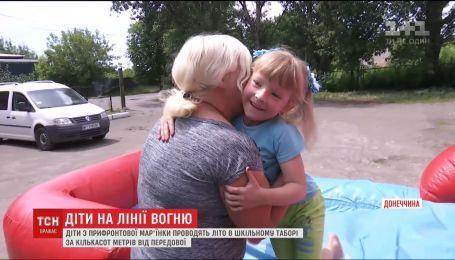 Дети с Марьинки вынуждены проводить лето в нескольких сотнях метров от передовой
