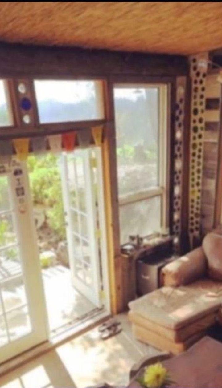 Архитектор Тайлор Бод построил  в горах дом из пластиковых бутылок и покрышек