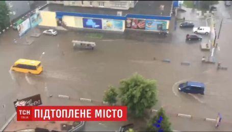 Злива перетворила вулиці Бердичева на справжні річки