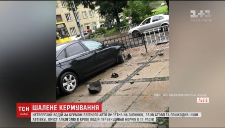 Сразу две аварии на остановках. В Ирпене и во Львове авто вылетели с дороги на тротуар