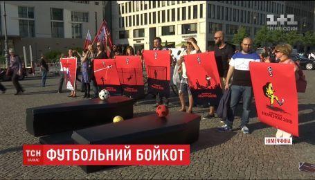 Бойкотировать футбольный Чемпионат мира в России требовали активисты в Берлине