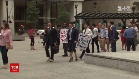 Чоловіки-юристи пройшлися на підборах по Чикаго, щоб привернути увагу до проблем жінок