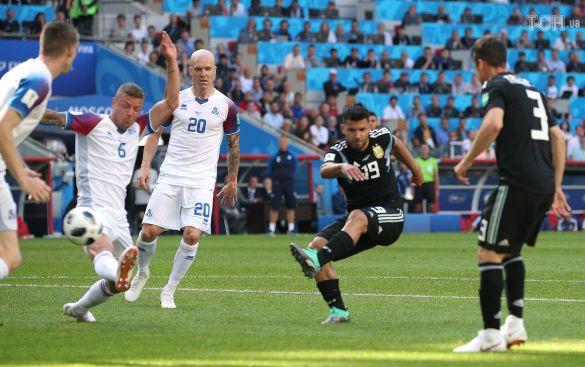 Серхіо Агуеро забиває у ворота Ісландії