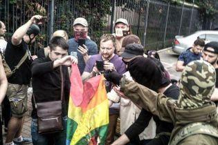 """""""Таким пламенем будет гореть не только ЛГБТ-флаг"""". У полиции сожгли символ """"Марша Равенства"""""""