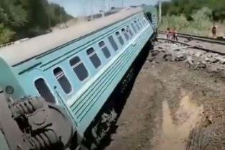 У Казахстані пасажирський поїзд зійшов з колії, загинув підліток