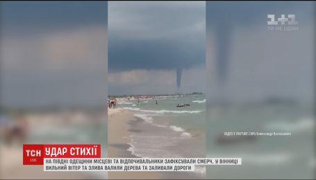 Смерч на курорте и побитые машины в Виннице: непогода промчалась по Украине