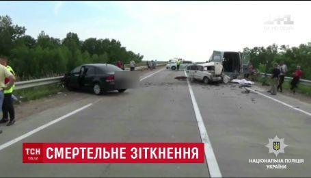 Две машины столкнулись на трассе в Житомирской области, есть погибшие