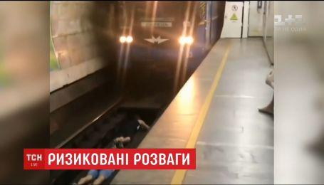Двух подростков, которые на станции столичного метро спрыгнули на рельсы перед поездом, разыскивает полиция