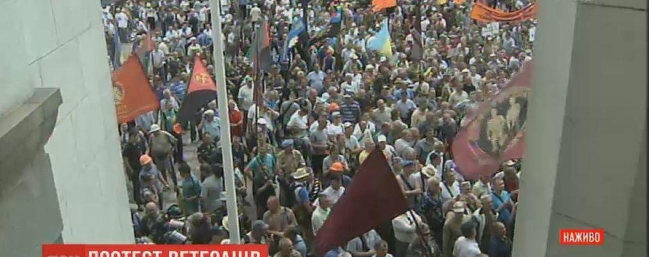 Шахтарі та афганці під час мітингу штурмують Раду. Почалися сутички з поліцією