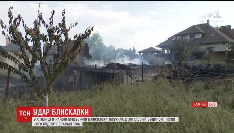 Блискавка влучила у житловий будинок під Києвом