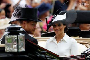 Меган Маркл в монохромном наряде впервые посетила легендарные королевские скачки