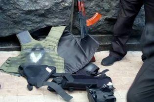 У Києві під Кабміном затримали юнака, який з арсеналом зброї прямував до Верховної Ради