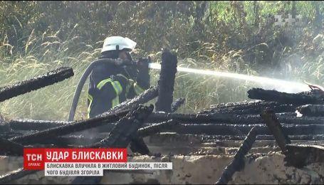 На Київщині блискавка влучила у 2-поверховий будинок та спричинила пожежу