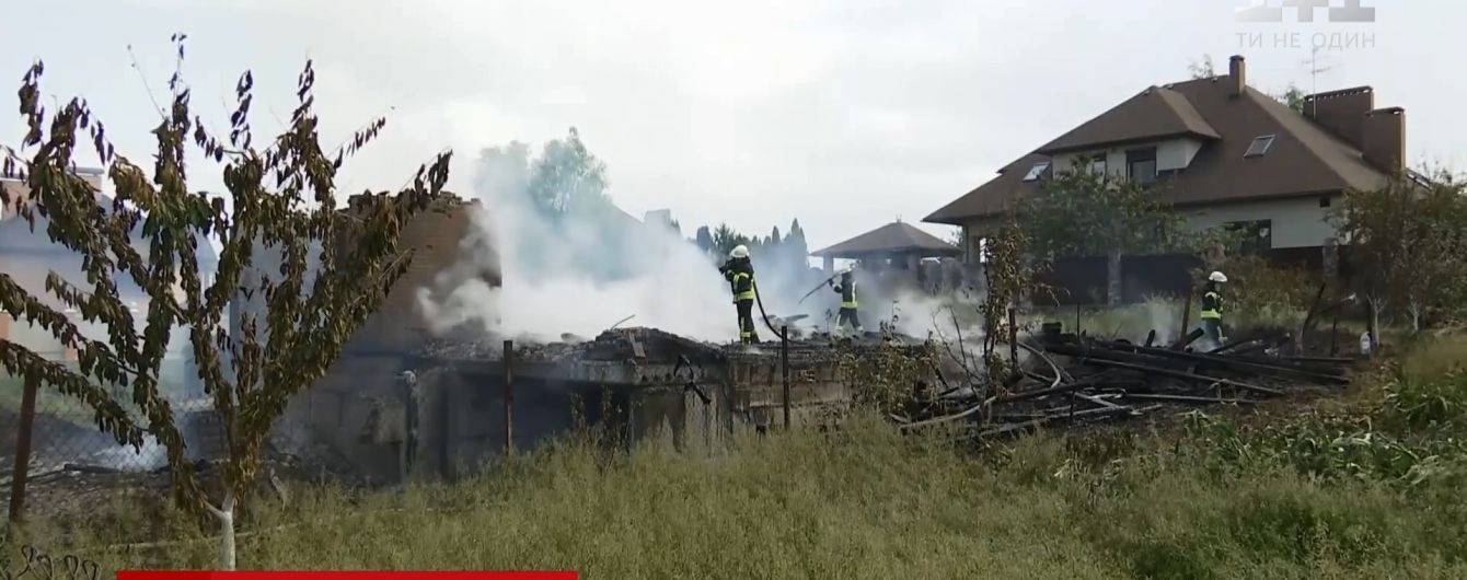 На Киевщине молния сожгла 2-этажный частный коттедж