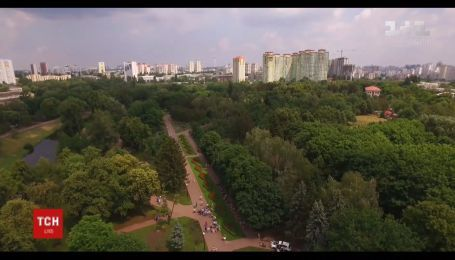 Зелений лабіринт, футбольне поле та доріжка для ролерів - у столиці відкрили оновлений парк