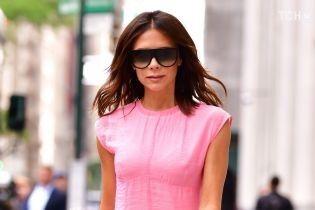 Зовсім по-літньому: Вікторія Бекхем з'явилась на публіці у легкій рожевій сукні