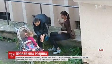 Во Львове женщина колола себе наркотики просто при ребенке. Девочку забрали в приют