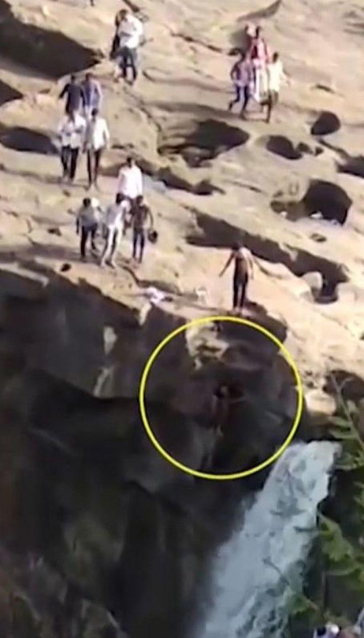 В Индии мужчина сорвался со скалы водопада, когда попытался сделать селфи