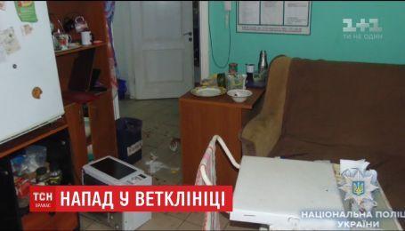 Нападение на ветклинику в Киеве: пьяный парень избил и порезал ножом дежурного врача