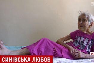 """У Запоріжжі 92-річна бабця кілька днів прожила в старенькому """"Москвичі"""""""