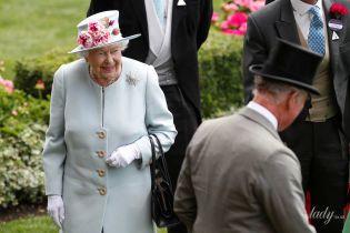 Выглядит блестяще: 92-летняя королева Елизавета II снова приехала на скачки в Аскоте