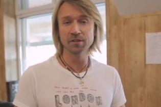Домашняя колбаса, помидоры и лук: Олег Винник показал, чем его угощали в Полтаве
