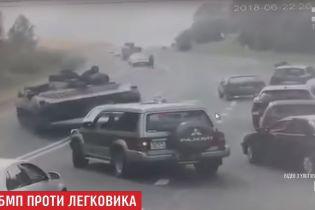 В Беларуси БМП не вписался в поворот на трассе и раздавил встречный автомобиль