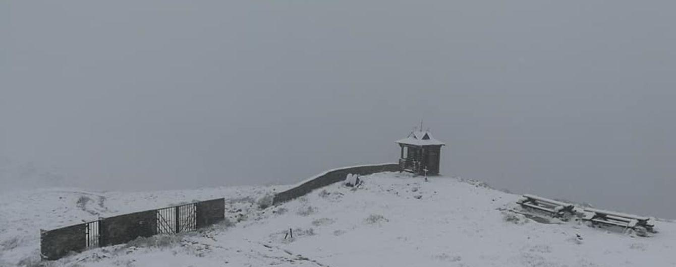Українські Карпати завалило снігом