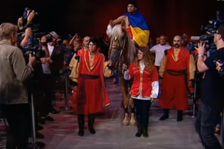 Суперперформанс по-украински: Беринчик явился на бой, сидя на коне