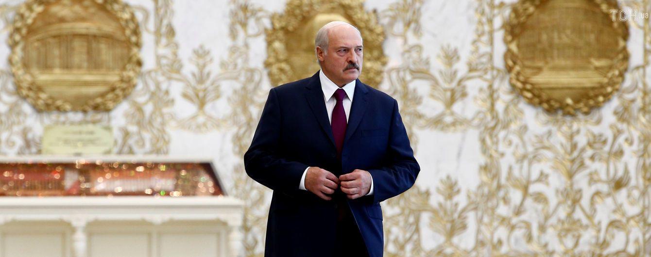 Після чуток про інсульт Лукашенко вперше за кілька днів з'явився на публіці