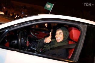 За рулем, но в хиджабе: как женщины в Саудовской Аравии празднуют снятие запрета на вождение машин